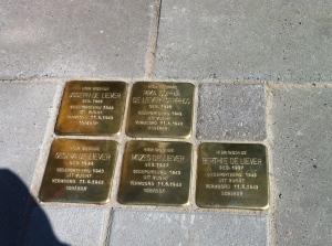 De stenen voor de familie van Morie de Liever, Holkerstraat 13.